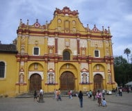 reis langs San Cristobal de las Casas in Mexico.