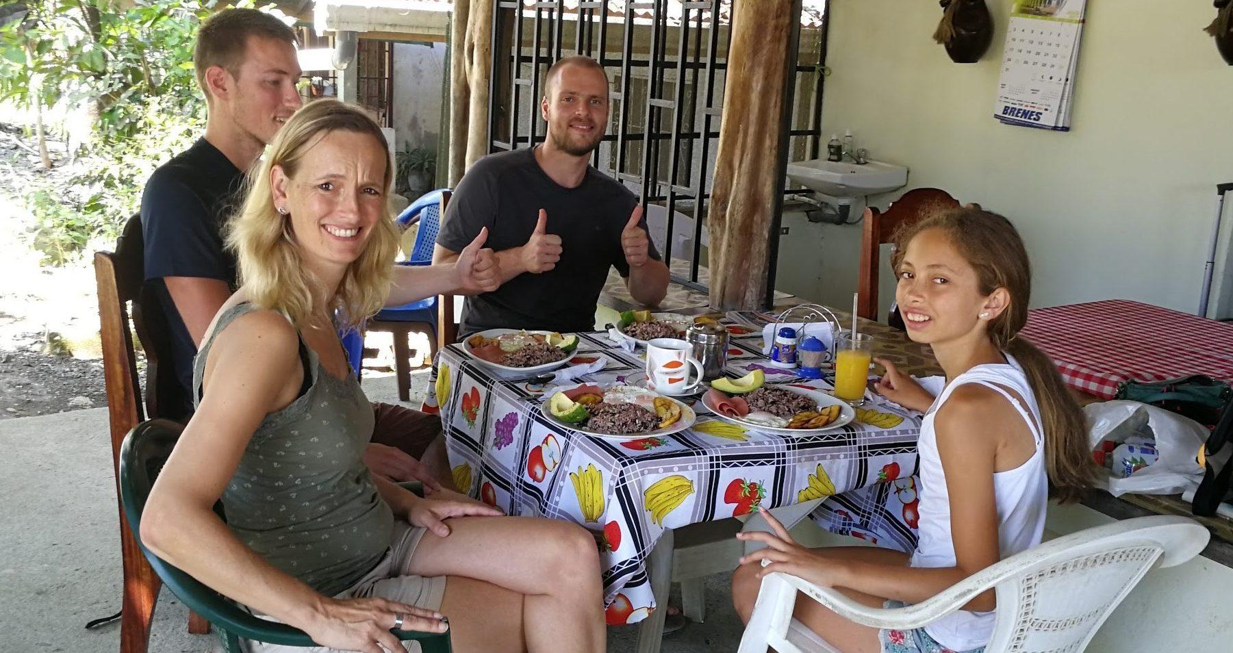 Aisha en bar lokaal ontbijt met Unico Travel reizigers