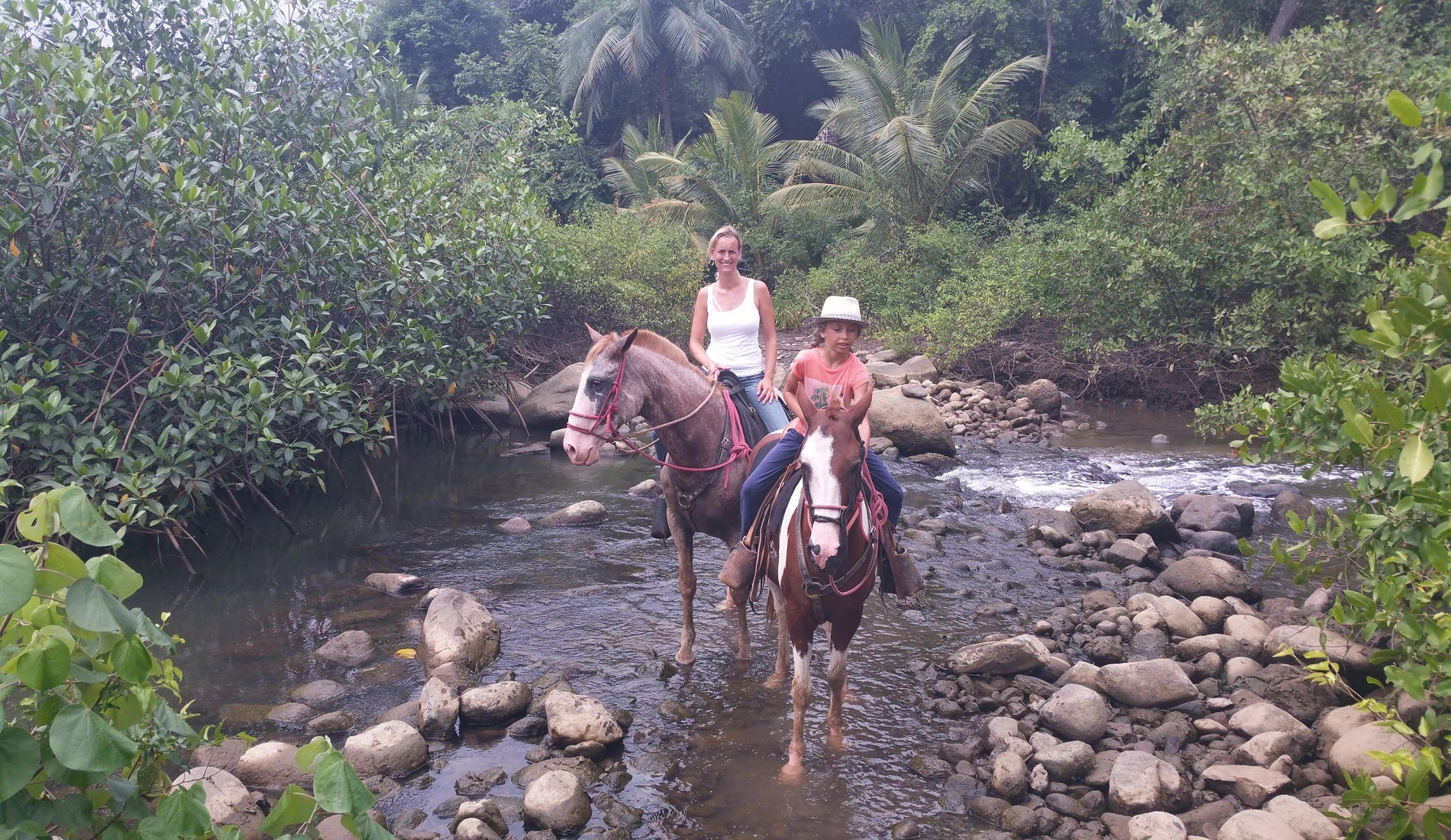 Aisha en barbara paardrijden familiereis costa rica