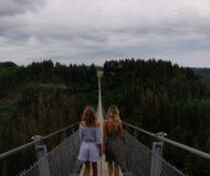 Lopen over hangbrug Geierlay