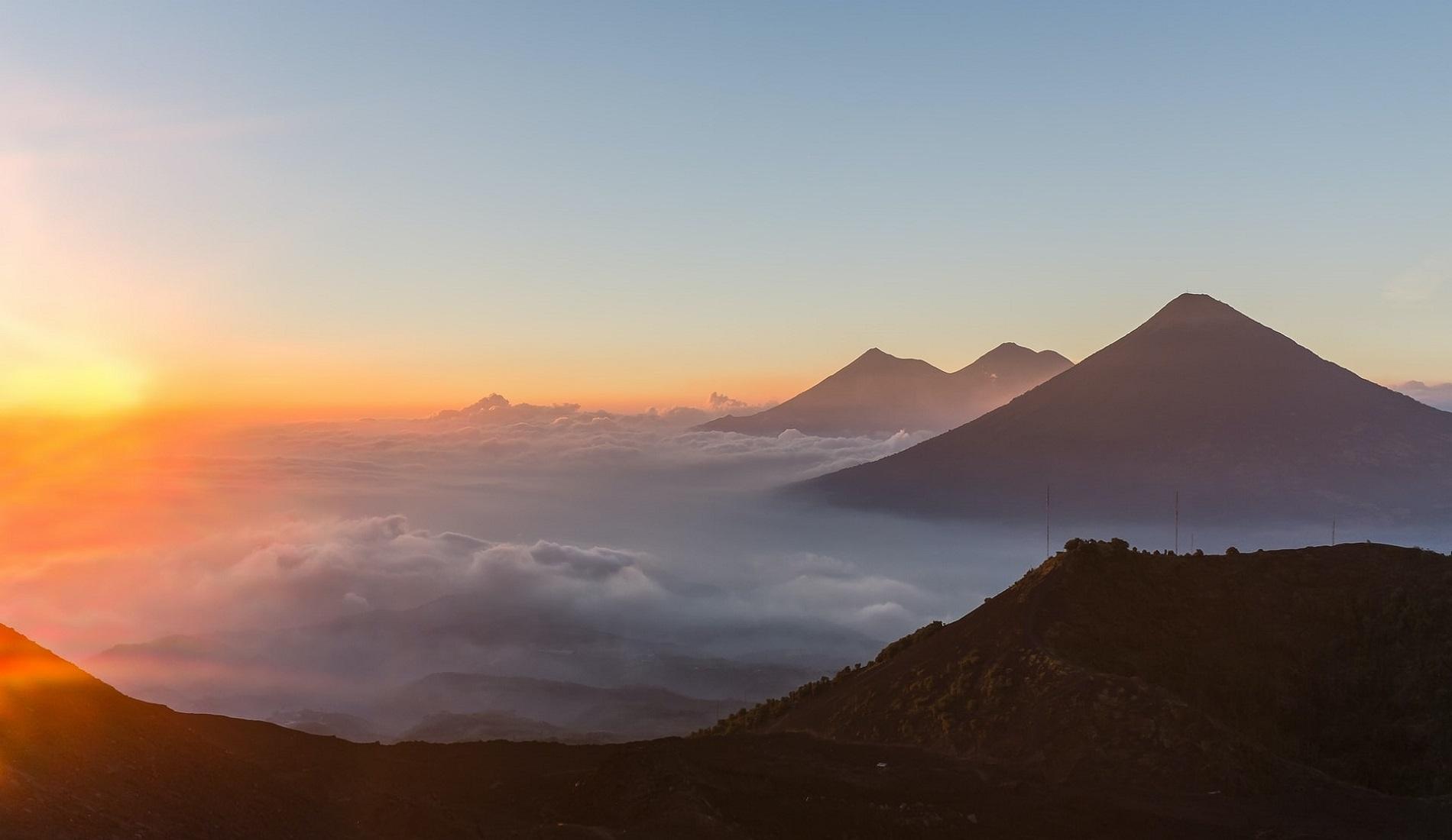 luxe reis guatemala Pacaya vulkaan zicht op Acatenango en agua vulkaan