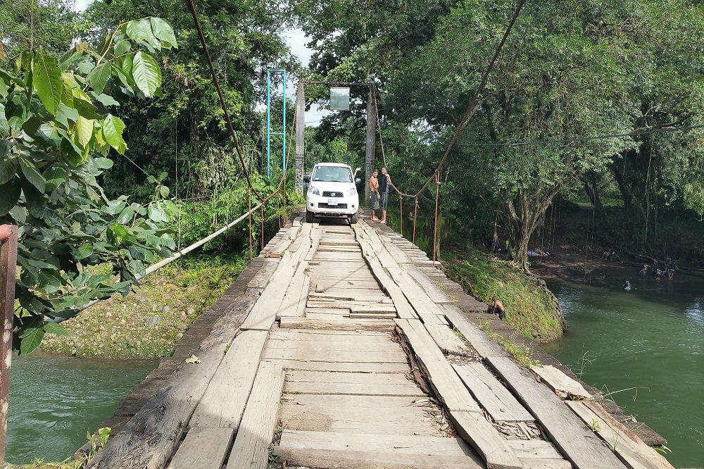 Autorijden in Costa Rica over brug bij Puerto Viejo de Sarapiqui