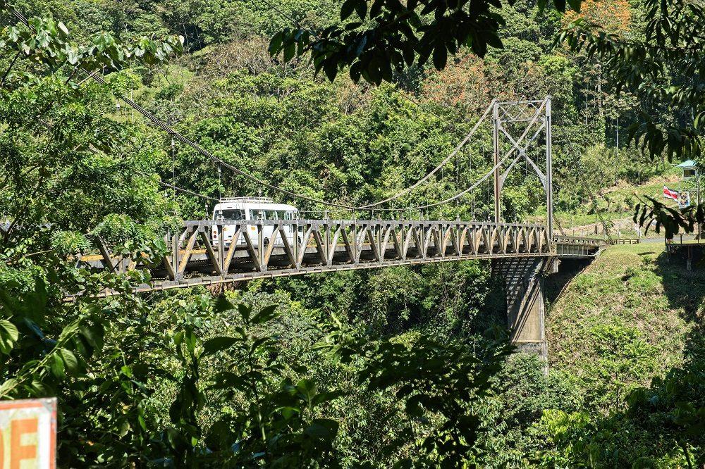 autorijden in Costa Rica over brug bij Carara