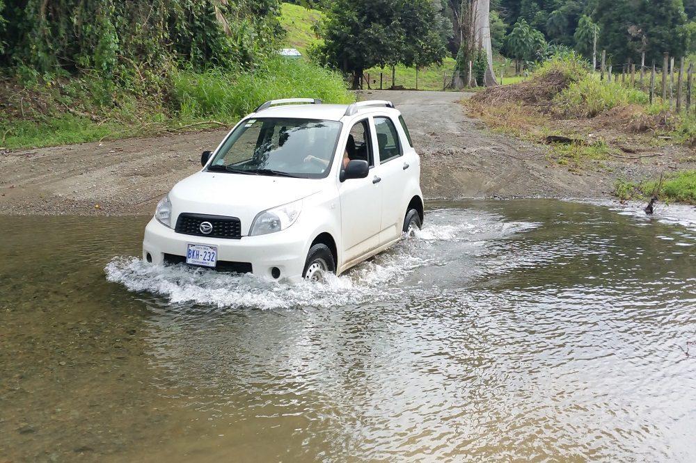 autorijden in Costa Rica rijden door rivier