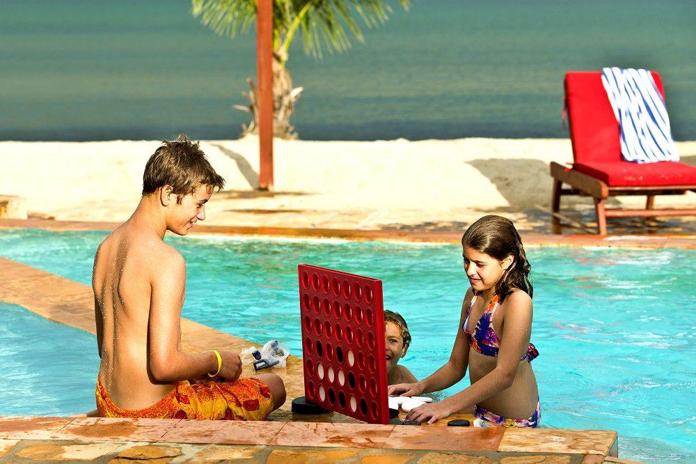 belize met kinderen zwembad