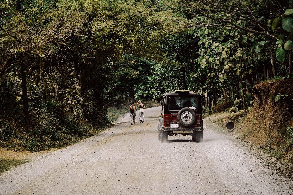 jeep onverharde weg (foto Unsplash)