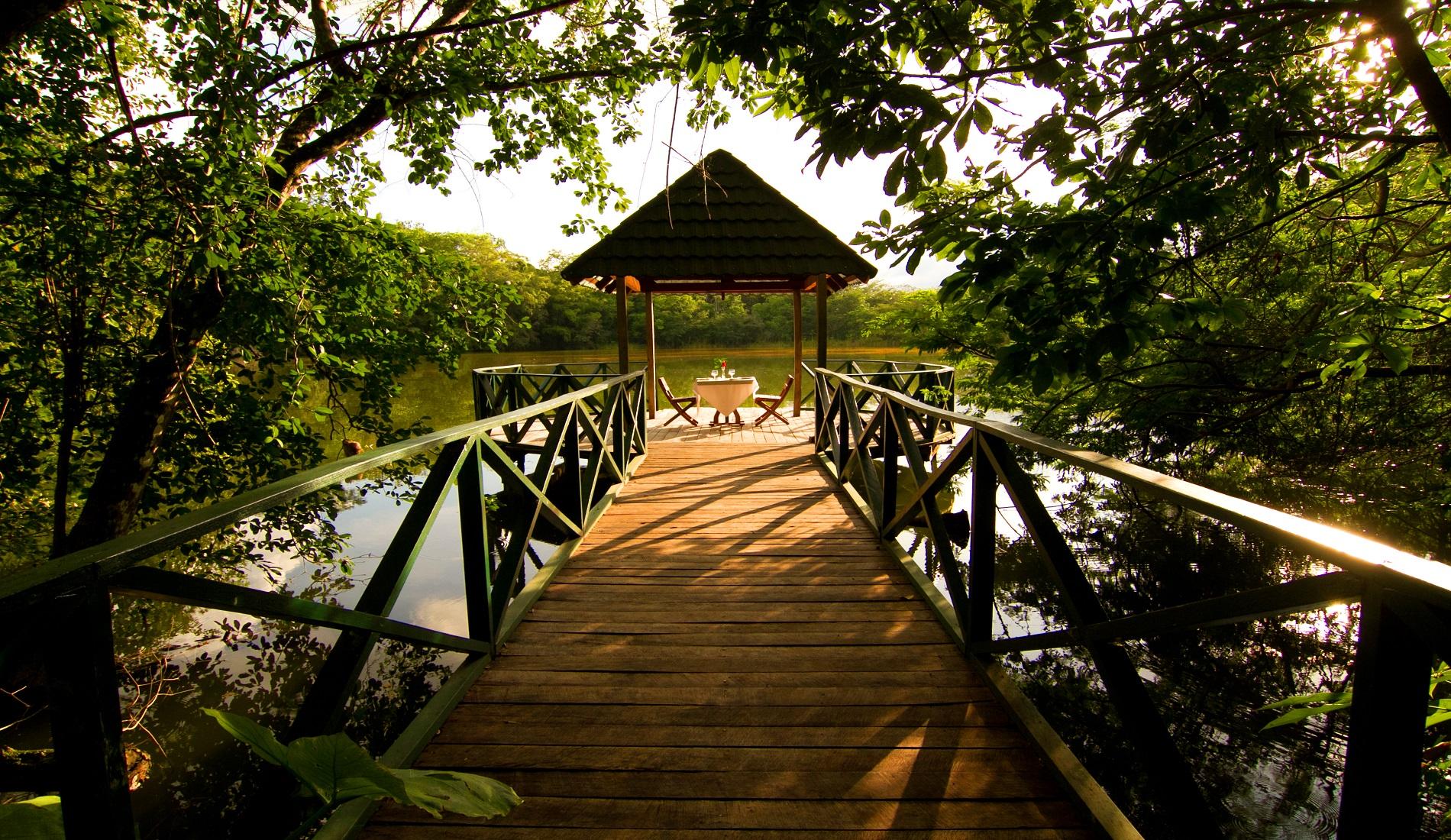 las lagunas hotel lake