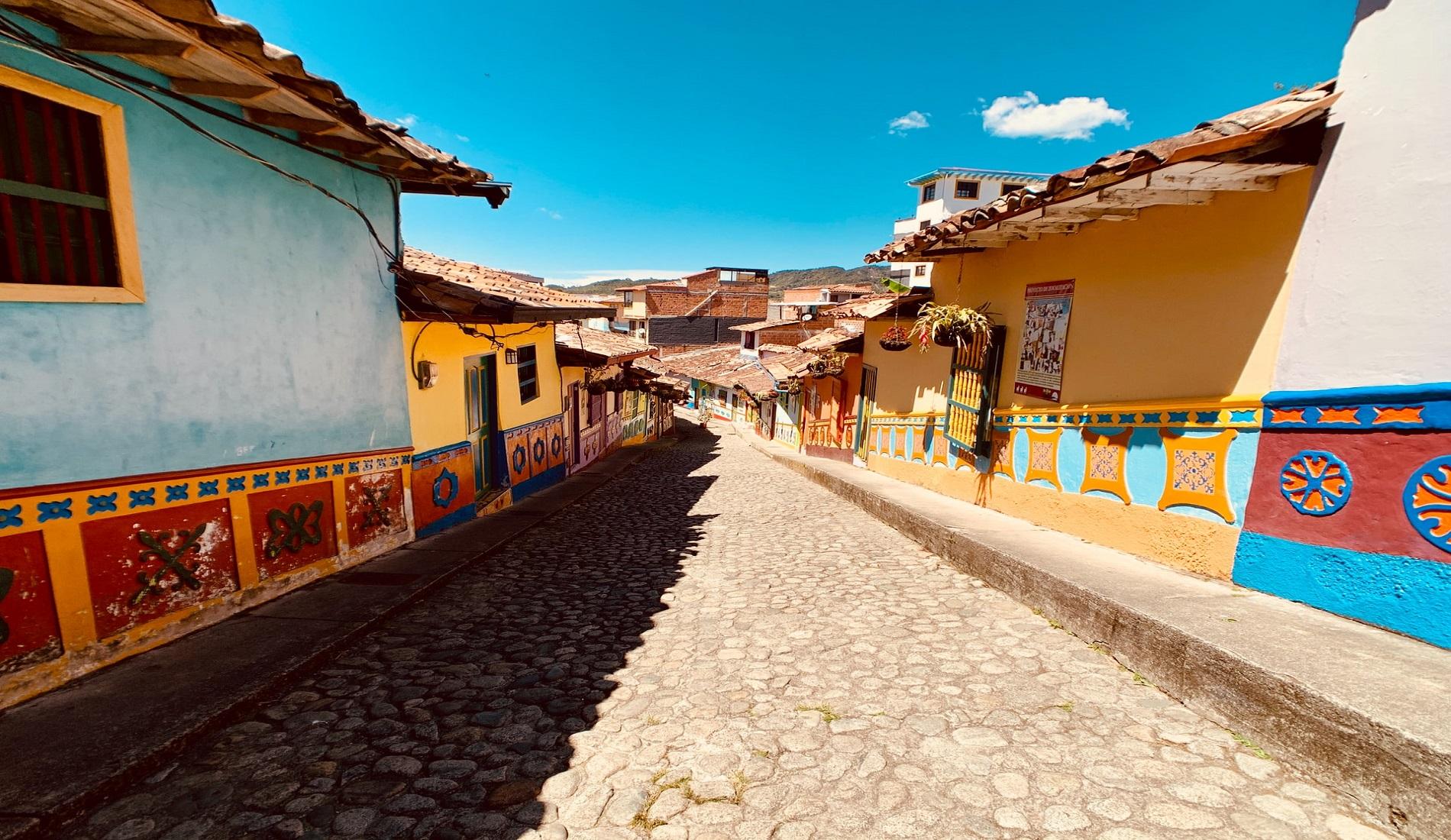 rondreis colombia guatape straat